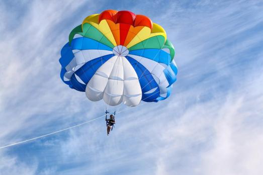 parasailing-in-sunny-day